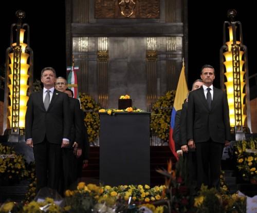 Jefes de Estado de Colombia y México, en guardia solemne, en el homenaje ante el Nobel de Literatura