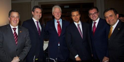 Con el ex presidente Clinton: los secretarios de Relaciones Exteriores, Hacienda y Economía y, el Jefe de la Oficina de la Presidencia